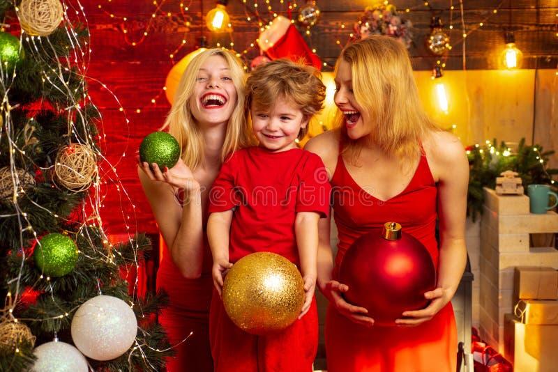 Familien-Bindungen Liebesfriedensfreude Kinderjunge mit den Mutter- oder Tantenschwestern, die Spaß haben Schlie?en Sie sich Feie stockbilder
