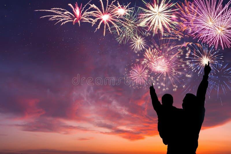 Familien-Blick auf Feuerwerke stockbilder