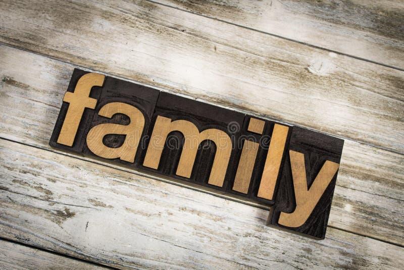 Familien-Briefbeschwerer-Wort auf hölzernem Hintergrund lizenzfreies stockbild