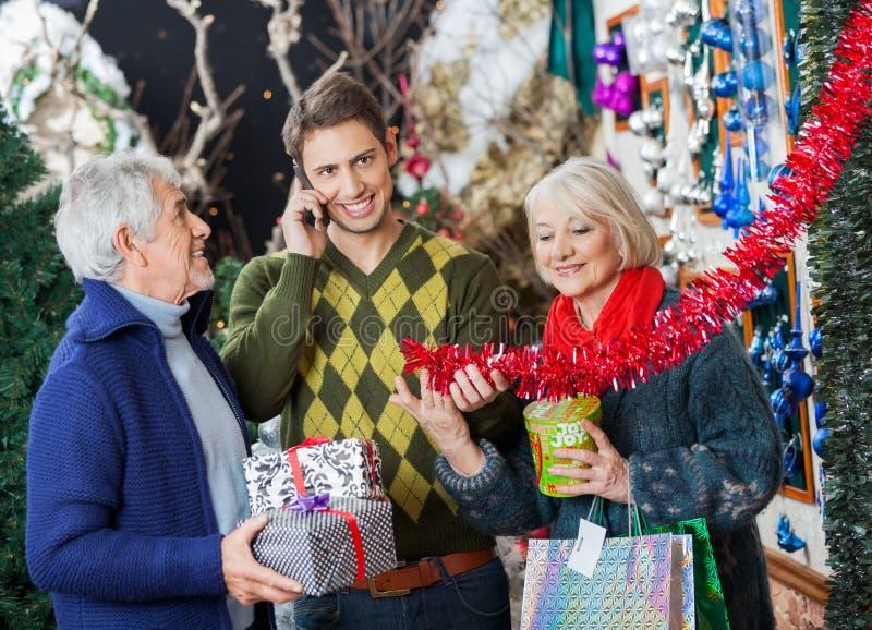 Familien-Einkaufen im Weihnachtsspeicher stockfotografie