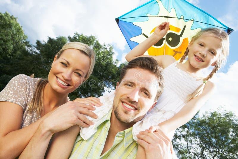 Familien-Fliegen-Drachen in der Landschaft lizenzfreies stockfoto