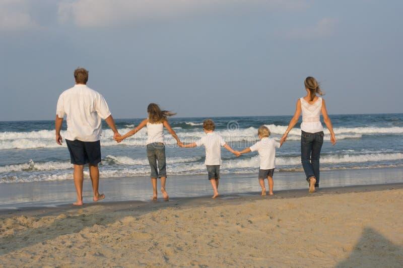 Familien-Gehen lizenzfreie stockfotos