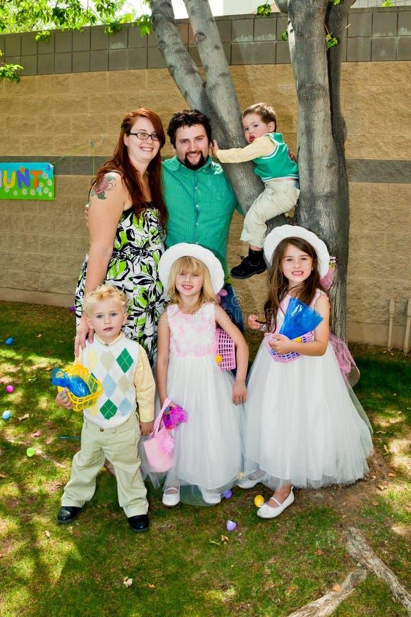 Familien-Jungen-Ostern-Morgen lizenzfreie stockfotografie