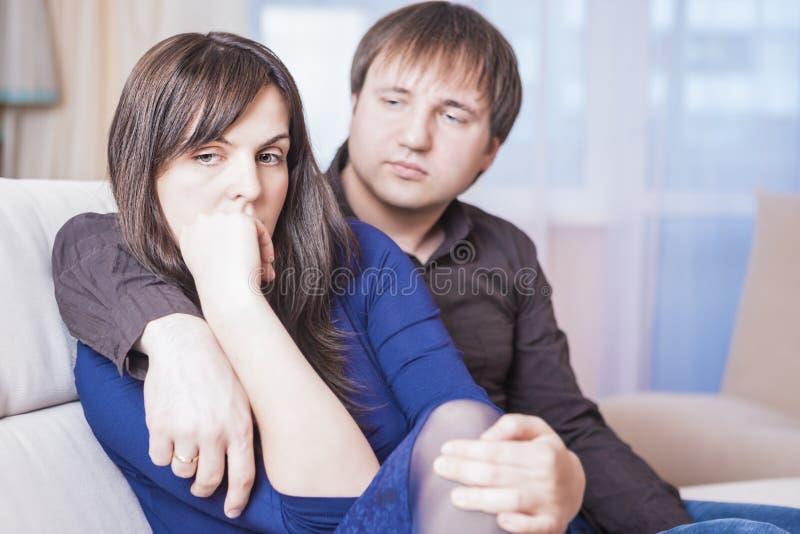Familien-Konzepte Junge kaukasische Paare in den Problemen Schwierigkeiten habend und niedergedrückt lizenzfreie stockbilder
