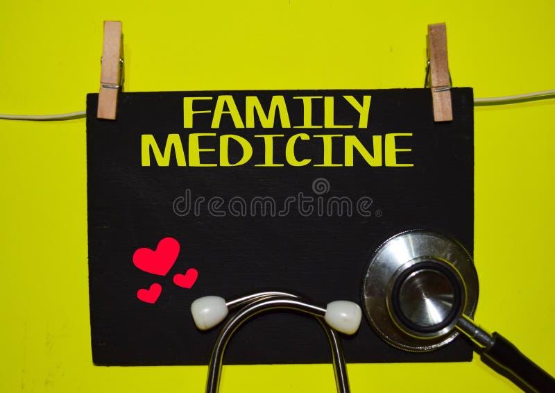 FAMILIEN-MEDIZIN auf gelben Hintergrund stockfotografie