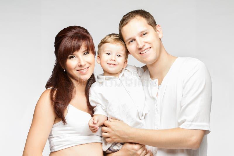 Familien-Porträt, glückliches lächelndes Mutter-Vater-Child-ove Weiß stockfoto