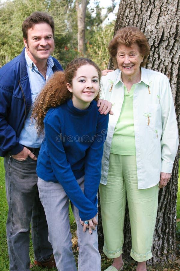 Familien-Porträt mit Großmutter lizenzfreies stockfoto