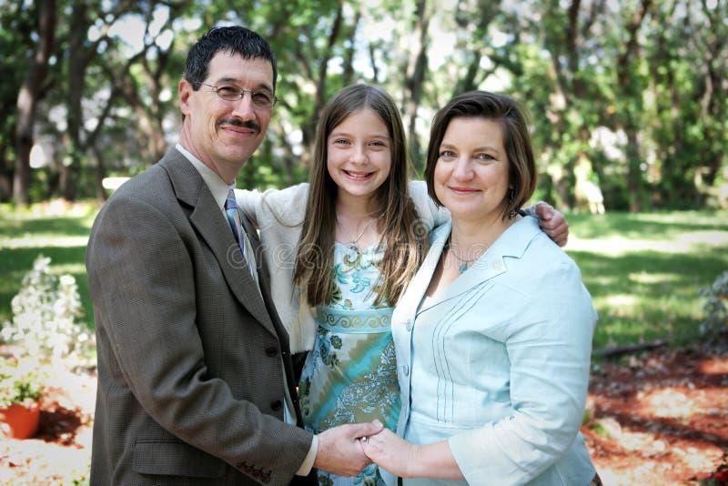Familien-Portrait draußen stockbild