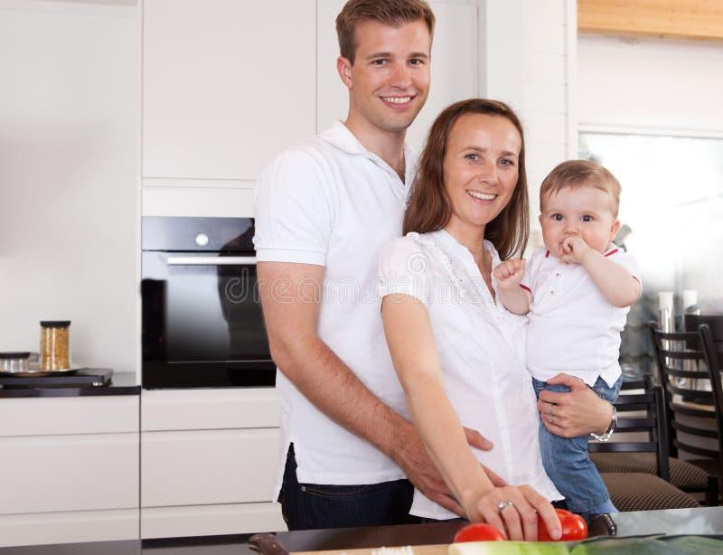Familien-Portrait zu Hause lizenzfreie stockfotografie