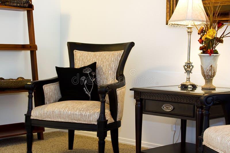 Familien-Raum mit Lesestuhl und Nacht stehen stockbilder