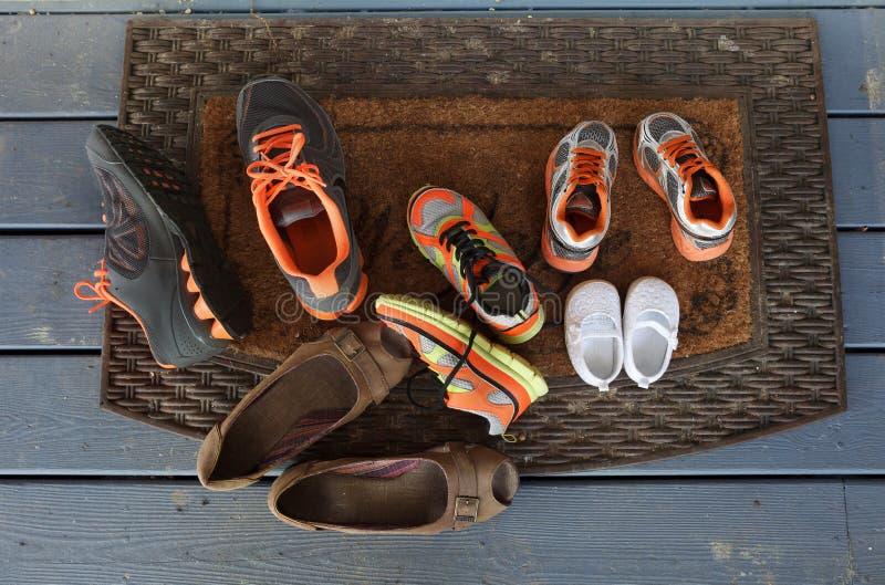 Familien-Schuhe auf der Eingangsterrasse lizenzfreies stockbild
