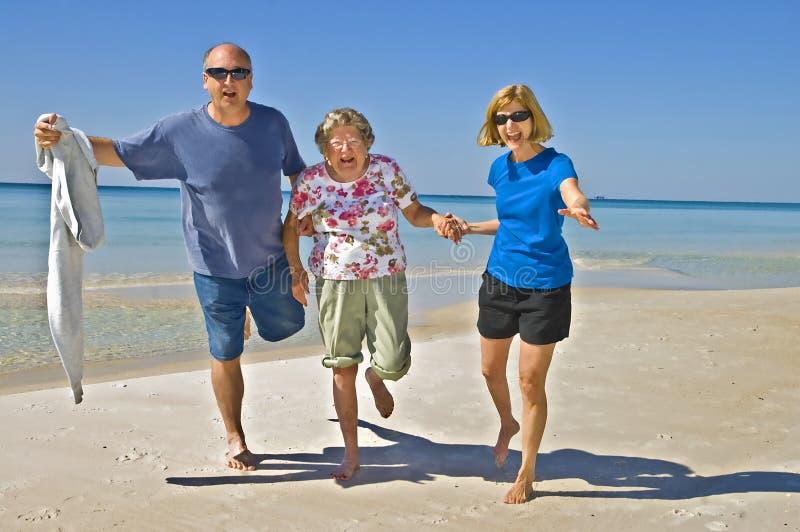 Familien-Spaß auf dem Strand stockbilder