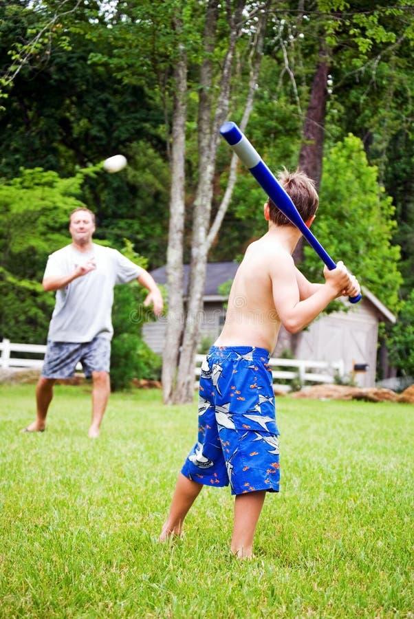 Familien-Spaß, der Kugel spielt stockfotos