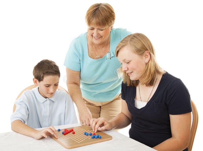 Familien-Spiel-Nacht lizenzfreies stockfoto