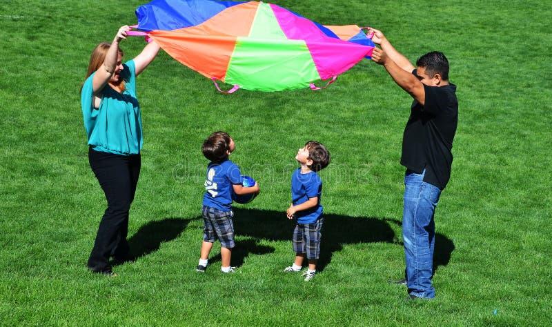 Familien-Spielen lizenzfreie stockfotografie