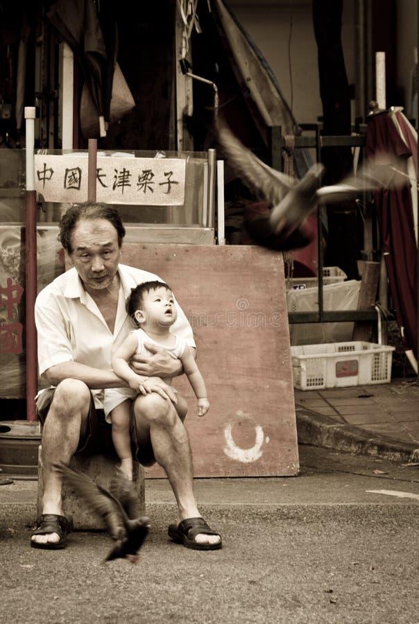 Familienabbinden eines Großvaters, der sein Enkelkind hält lizenzfreie stockbilder
