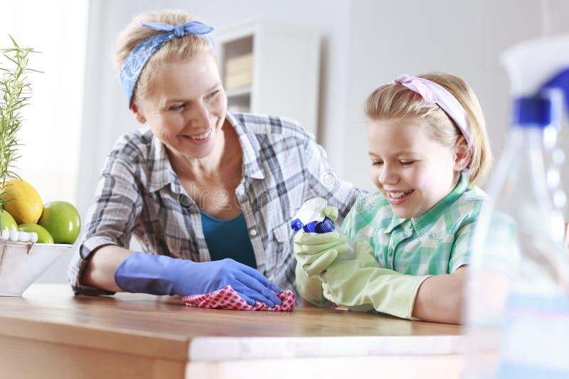 Familienabbinden während der Reinigung lizenzfreie stockbilder
