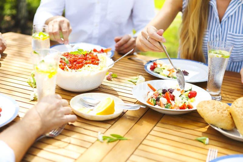 Familienabendessenvielzahl von italienischen Tellern auf Holztisch im g lizenzfreie stockfotografie