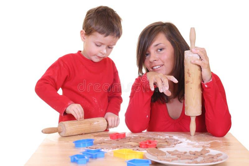 Familienbacken lizenzfreies stockfoto