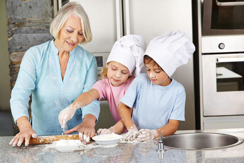 Familienbacken Weihnachtsplätzchen in der Küche stockfotografie