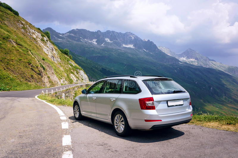 Familienbesitzauto in den Schweizer Alpen lizenzfreie stockbilder
