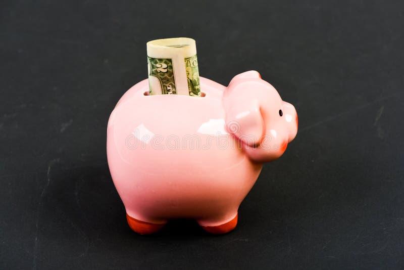 Familienbudget Firmenneugr?ndung Finanzlage Erhalten reich einkommen Stecken eines Geldes in eine piggy Querneigung Sparschwein m lizenzfreies stockfoto