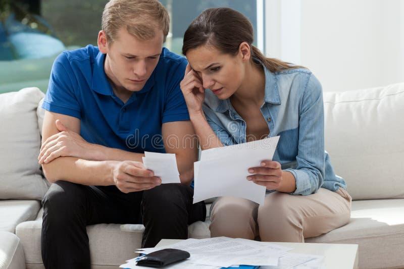 Familienbudget zu Hause analysieren stockfotos