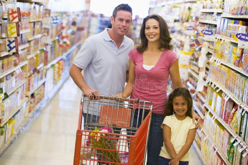 Familieneinkaufen im Supermarkt stockbild