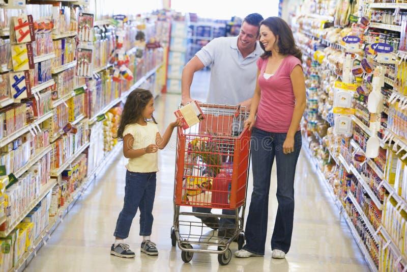 Familieneinkaufen im Supermarkt lizenzfreie stockfotografie