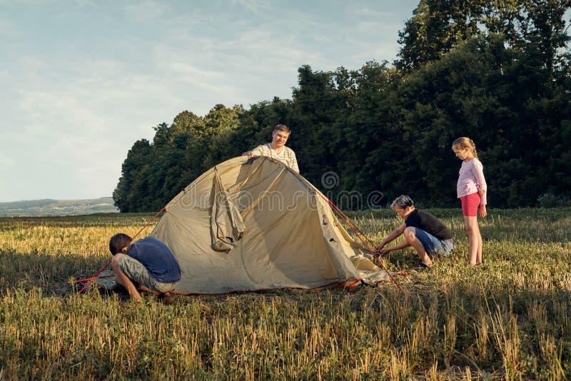 Familieneinrichtungs-Zeltlager bei Sonnenuntergang, schöne Sommerlandschaft Tourismus, wandernd und reisen in Natur lizenzfreies stockfoto