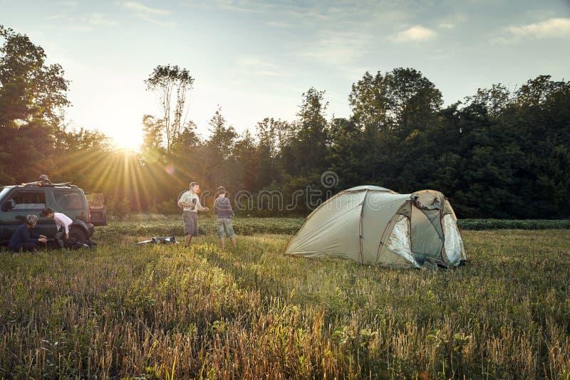 Familieneinrichtungs-Zeltlager bei Sonnenuntergang, schöne Sommerlandschaft Tourismus, wandernd und reisen in Natur lizenzfreies stockbild