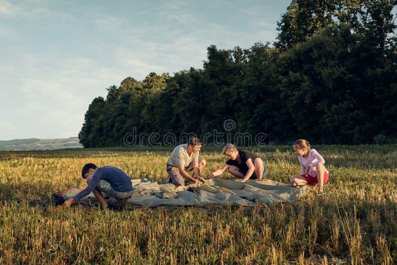 Familieneinrichtungs-Zeltlager bei Sonnenuntergang, schöne Sommerlandschaft Tourismus, wandernd und reisen in Natur lizenzfreie stockfotografie