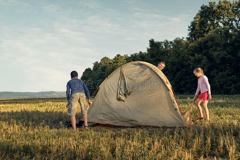 Familieneinrichtungs-Zeltlager bei Sonnenuntergang, schöne Sommerlandschaft Tourismus, wandernd und reisen in Natur lizenzfreie stockbilder