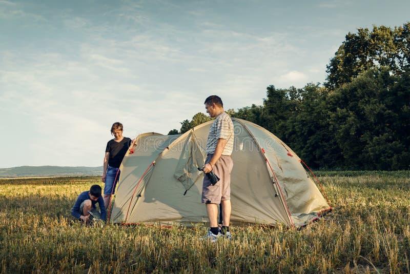 Familieneinrichtungs-Zeltlager bei Sonnenuntergang, schöne Sommerlandschaft Tourismus, wandernd und reisen in Natur stockfoto