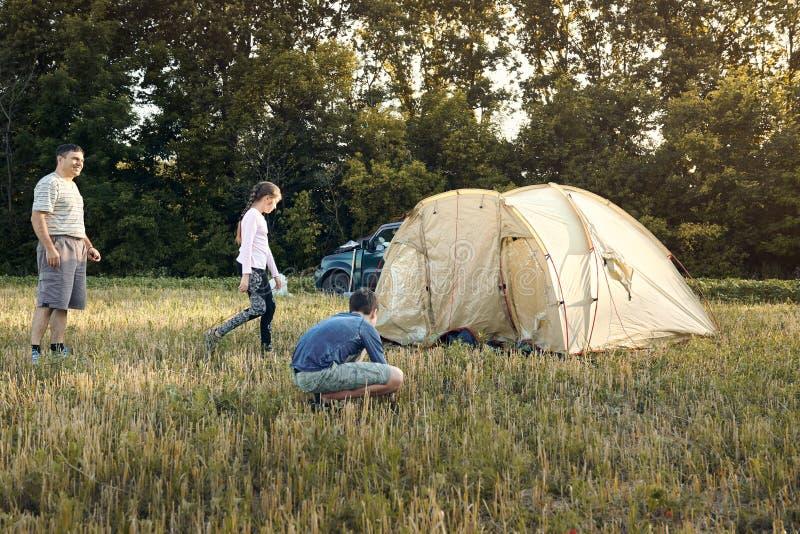 Familieneinrichtungs-Zeltlager bei Sonnenuntergang, schöne Sommerlandschaft Tourismus, wandernd und reisen in Natur stockbilder