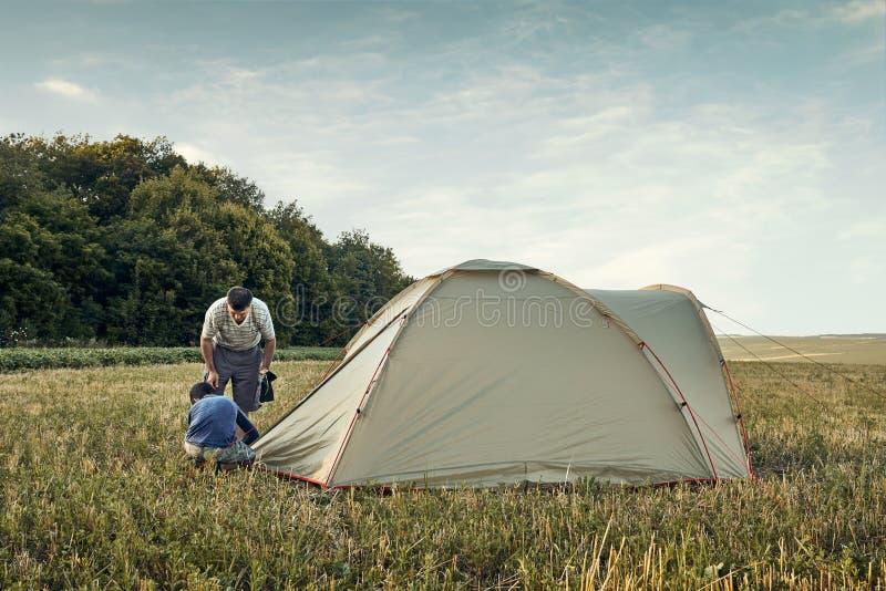Familieneinrichtungs-Zeltlager bei Sonnenuntergang, schöne Sommerlandschaft Tourismus, wandernd und reisen in Natur stockfotografie