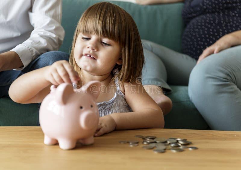 Familieneinsparungsgeld im Sparschwein lizenzfreies stockfoto