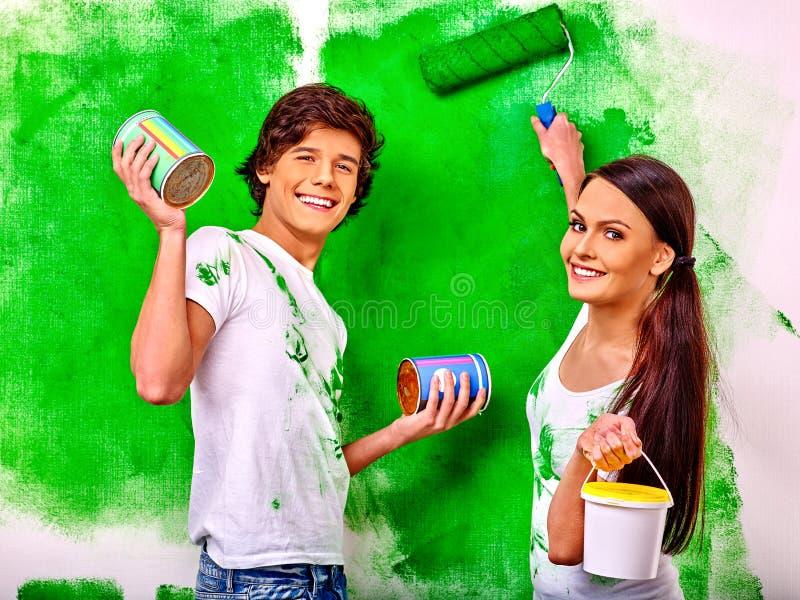Familienfarbenwand zu Hause stockbilder
