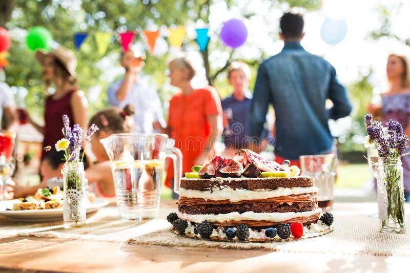 Familienfeier oder ein Gartenfest draußen im Hinterhof lizenzfreie stockbilder
