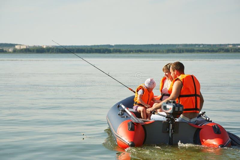 Familienfischen in einem Boot auf dem Fluss lizenzfreie stockfotografie