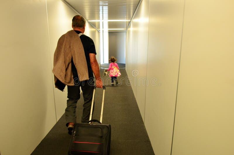 FamilienFlugzeugverkehr im Flughafen stockbild