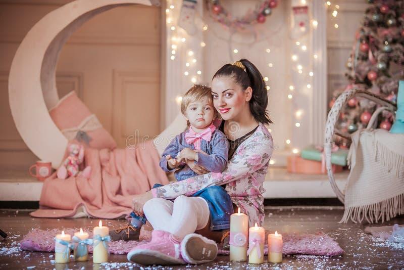 Familienfoto von Mutter und Sohn am Vorabend des neuen Jahres im Hintergrund leuchtender Garnelen und Weihnachtsdekorationen lizenzfreie stockfotos