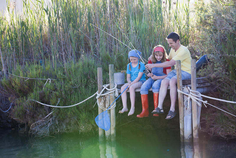Familienfreier tag Fischen lernend lizenzfreie stockfotos