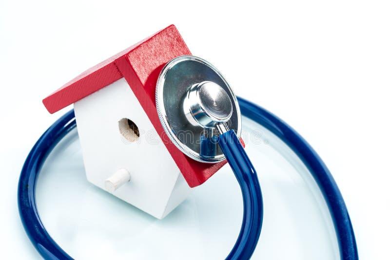Familiengesundheitskonzept, Hausmodell mit Stethoskop lizenzfreie stockfotos