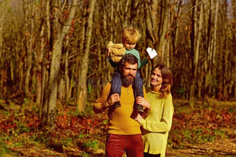 Familiengruppe des Vaters, der Mutter und des Kindes auf dem Weg im Freien Park des Gruppe von Personenen-Lächelns im Frühjahr Ge stockbild