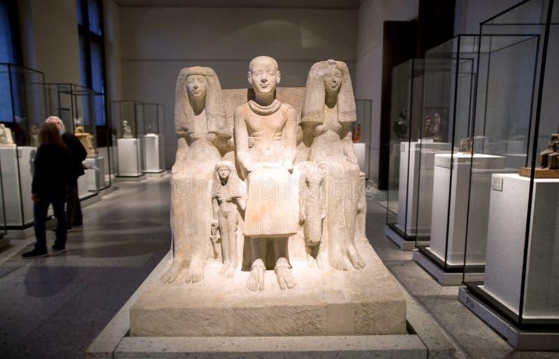 Familiengruppe Ptahmai im ägyptischen Museum in Berlin stockbilder