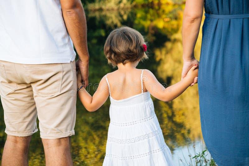 Familienhändchenhalten lizenzfreie stockfotos