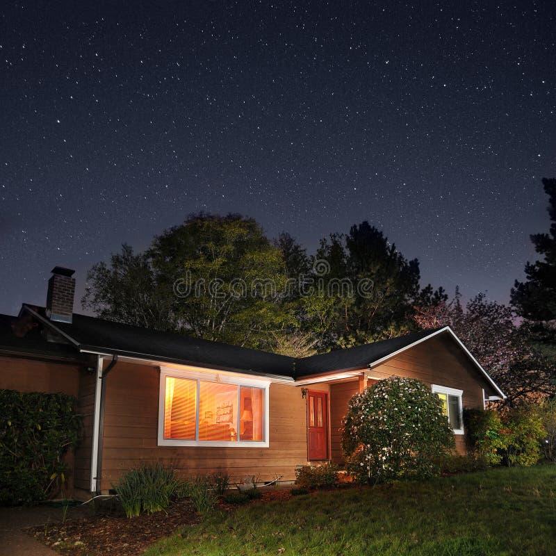 Familienheim nachts lizenzfreie stockfotografie
