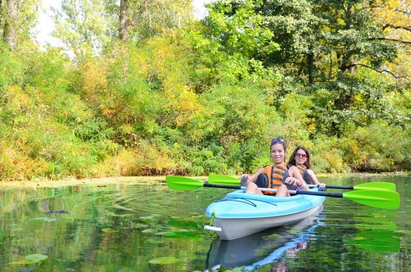 Familienkayak fahren, Mutter und Kind, die im Kajak auf dem Flusskanuausflug hat Spaß schaufeln, aktives Wochenende und Ferien, E lizenzfreies stockbild