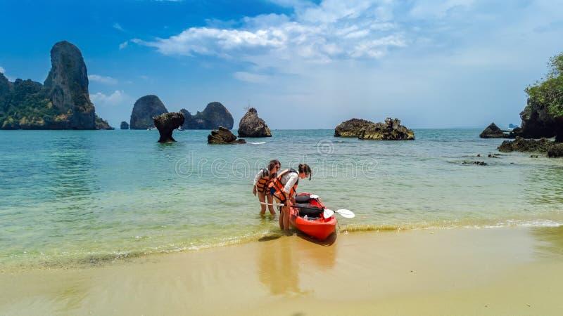Familienkayak fahren, -mutter und -tochter, die im Kajak auf tropischem Seekanuausflug nahe Inseln, Spa?, aktive Ferien habend sc lizenzfreie stockbilder